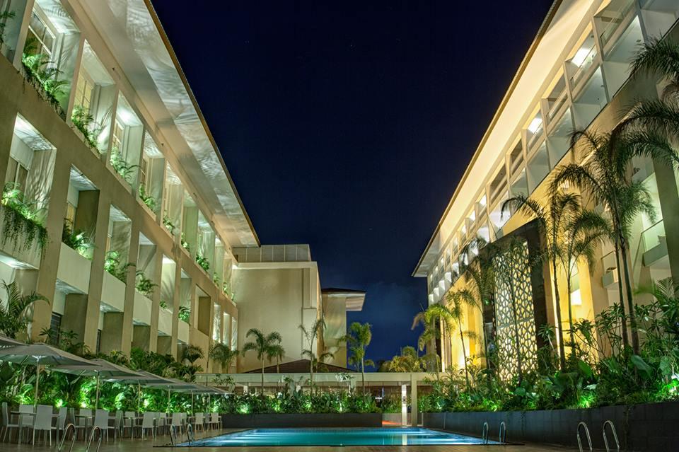 Fasad hotel yang megah.