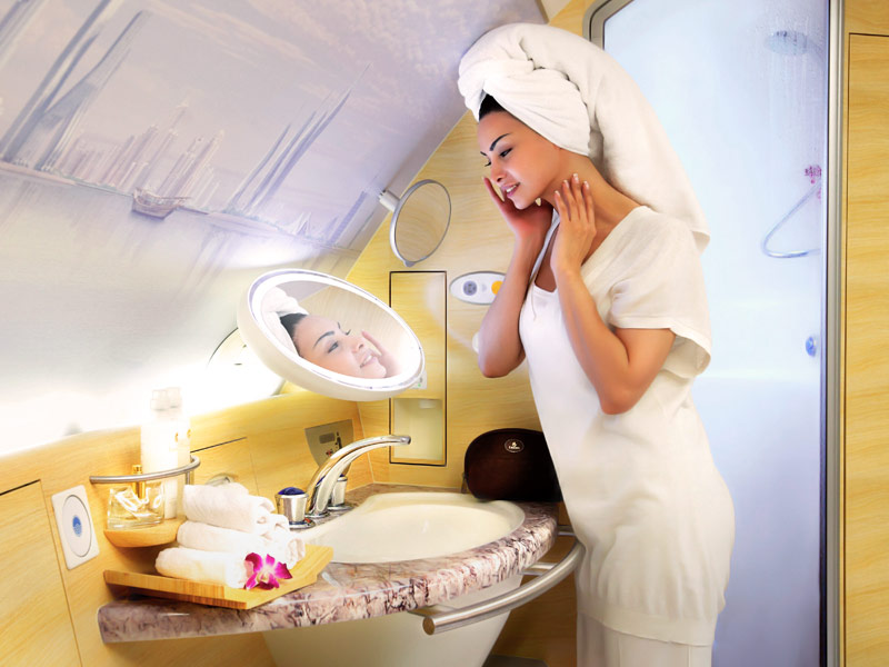 Fasilitas shower spa di armada A380 Emirates.
