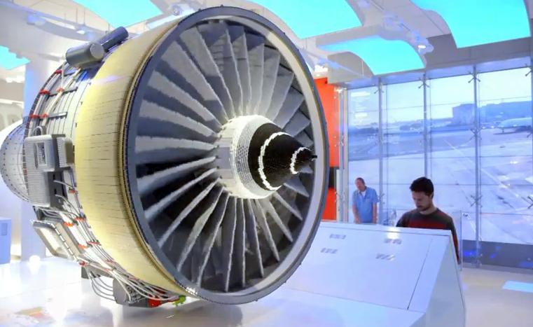 Mesin jet yang ada di Emirates Aviation Experience. Di sisinya terdapat layar sentuh yang menjelaskan cara kerja mesin secara interaktif.