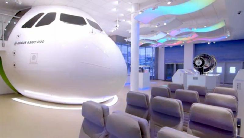 Moncong pesawat dan kursi-kursi penumpang yang dipamerkan juga.