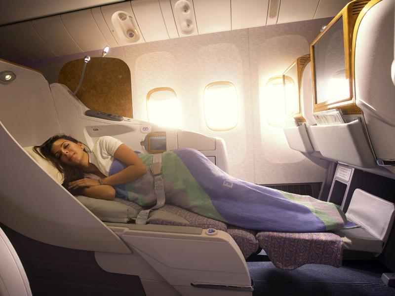 Kabin kelas bisnis yang tersedia dalam penerbangan ke Dubai dari Denpasar.
