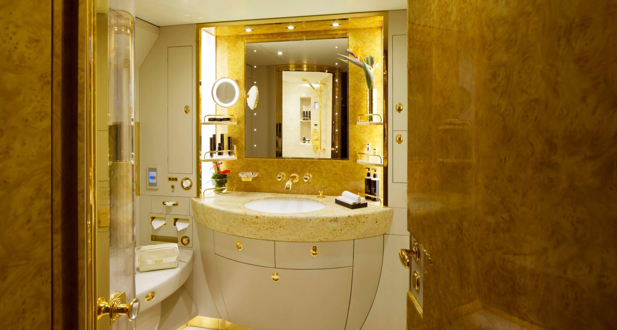 Kamar mandi supermewah.
