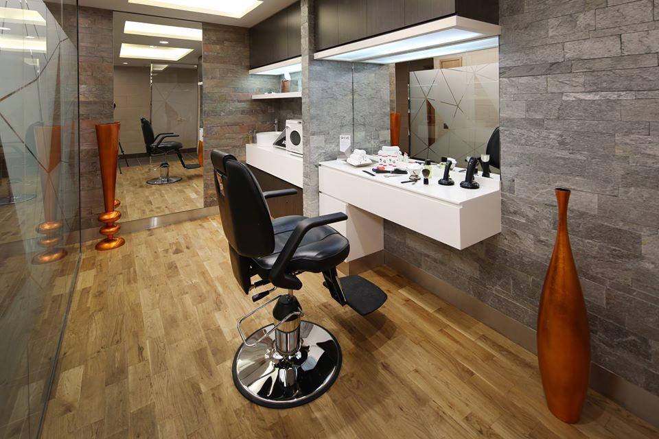 Jasa cukur kumis dan jenggot gratis oleh tukang cukur profesional.