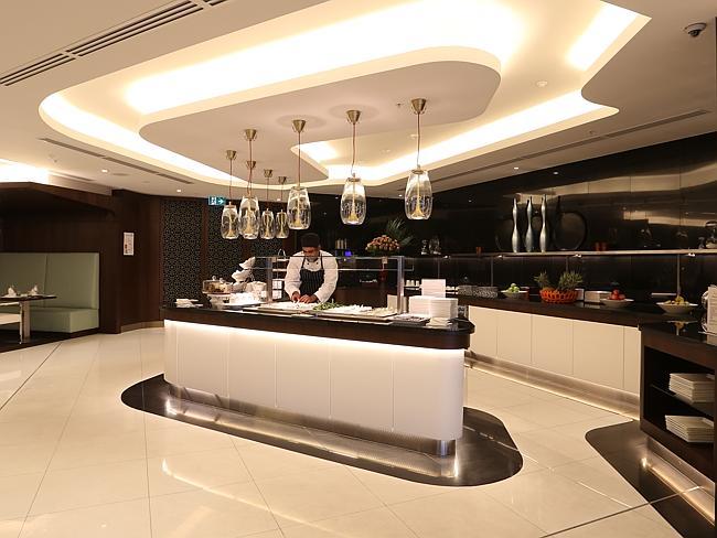 Dapur menyediakan pilihan makanan untuk ala carte dan prasmanan.