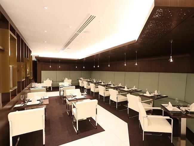 Ruang makan dengan interior elegan.