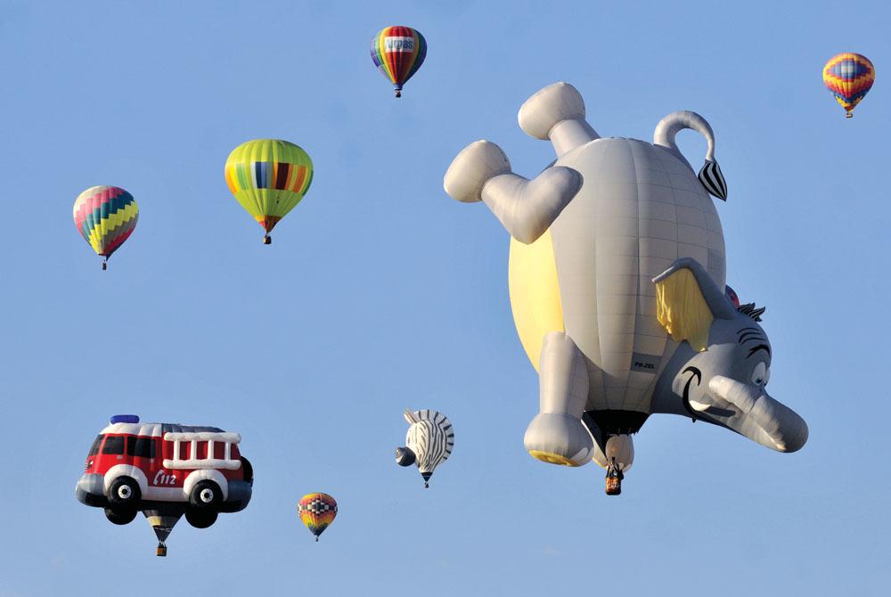 Albuquerque International Balloon Fiesta menampilkan beragam bentuk balon.