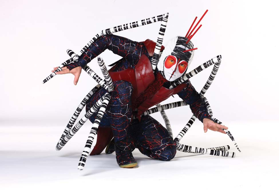 Pemain berkostum dari pertunjukan OVO.