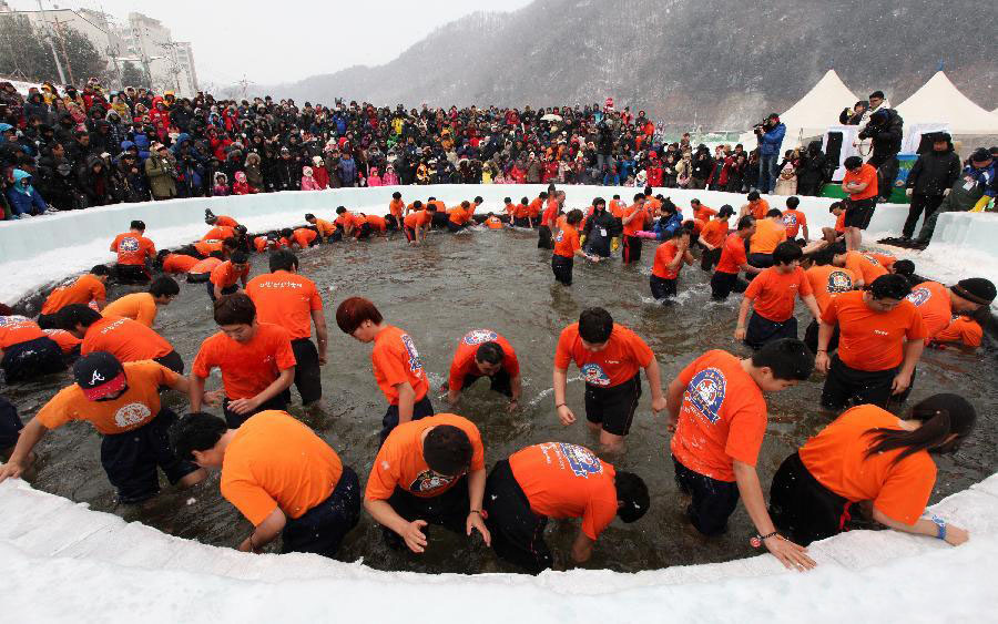 Menangkap ikan trout dengan tangan di Hwacheon Sancheoneo Ice Festival.