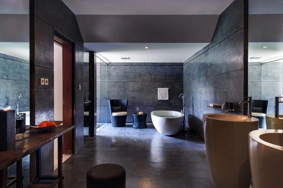 Kamar mandi luas di kamar tipe Pool Suite.