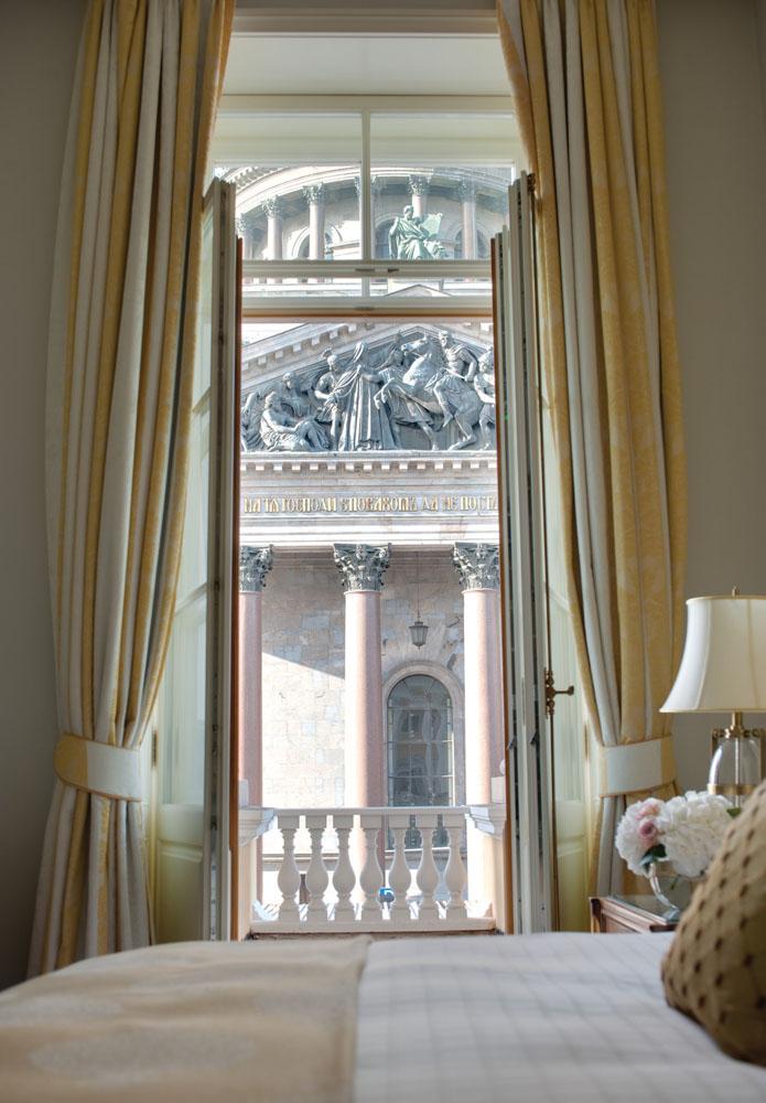 Kamar tidur dengan pemandangan bangunan bersejarah.