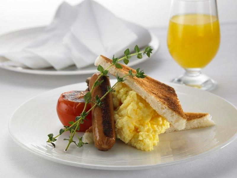 Telur dadar dengan roti bakar dan sosis sebagai pelengkap.