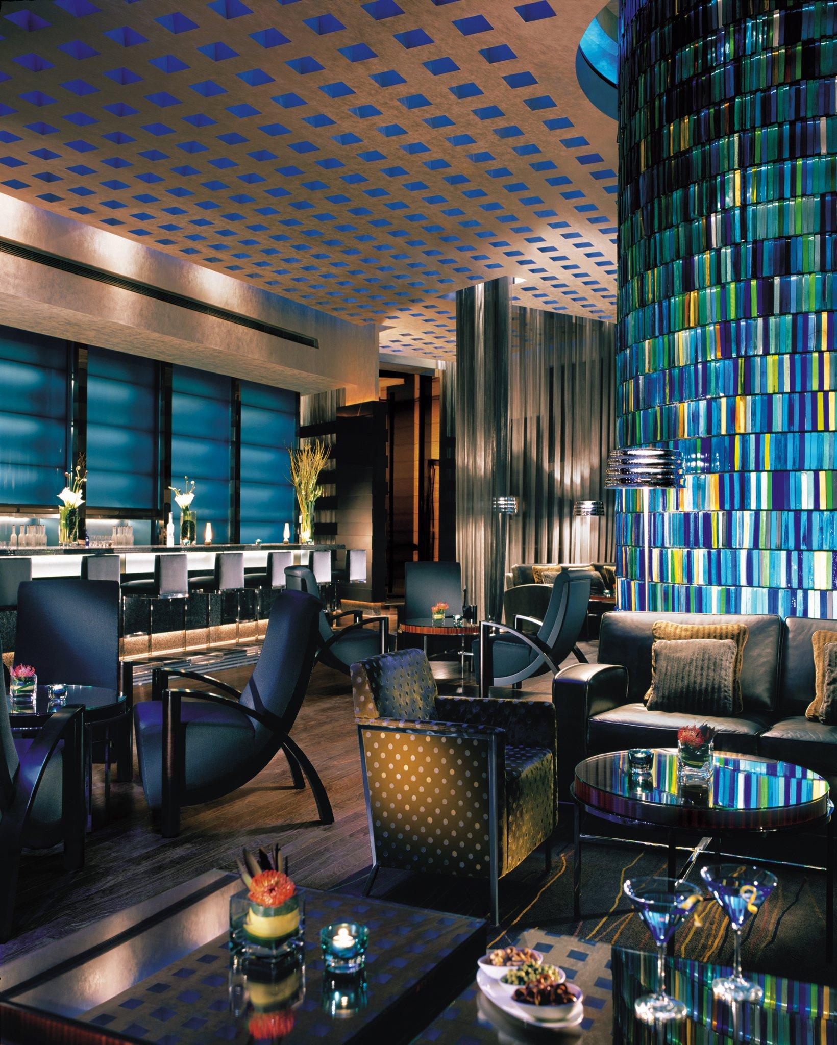 Blue Bar; salah satu tempat di mana tamu bisa membelanjakan hotel credit-nya.