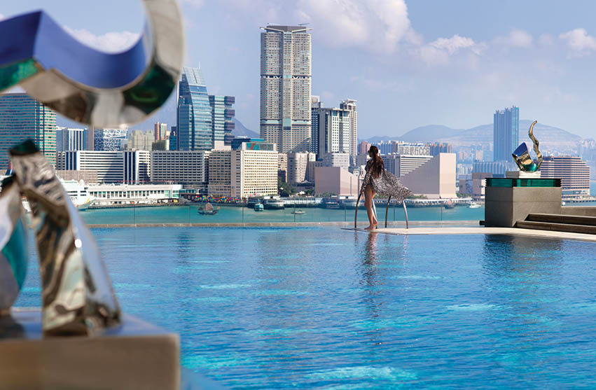 Kolam renang Four Seasons Hong Kong dengan pemandangan spektakuler.