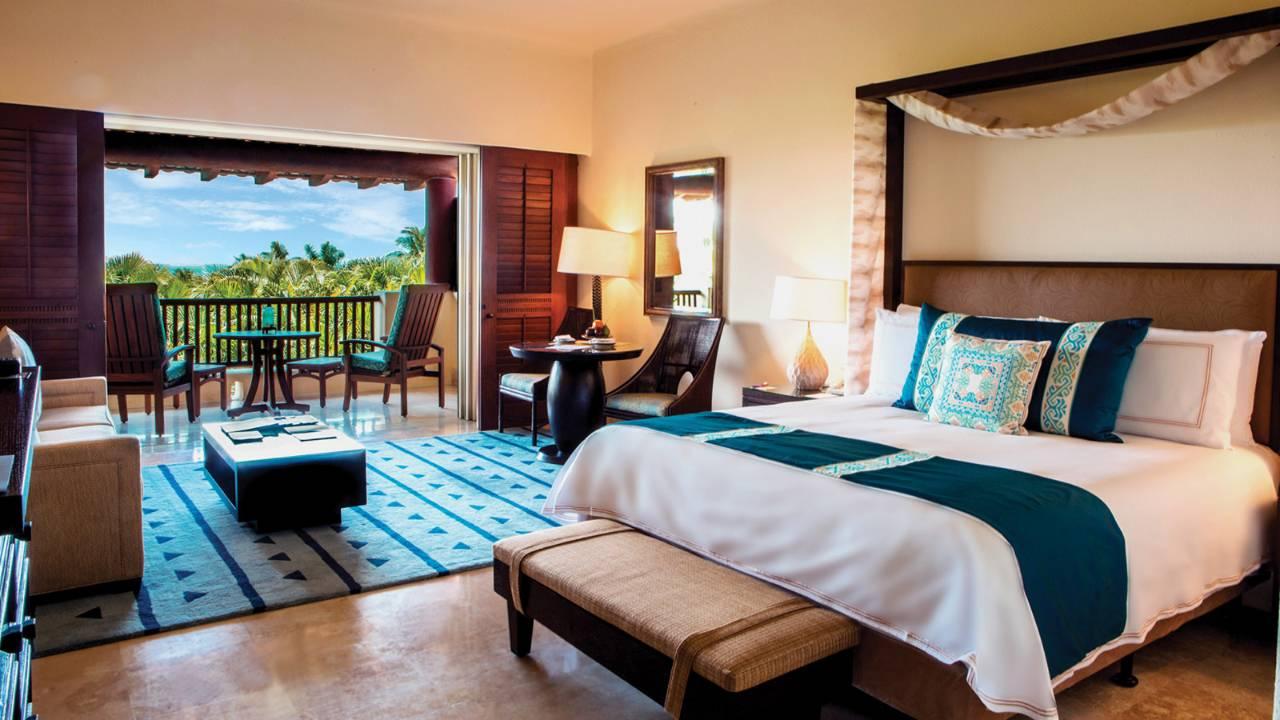 Kamar di Four Seasons Punta Mita dengan pemandangan laut.