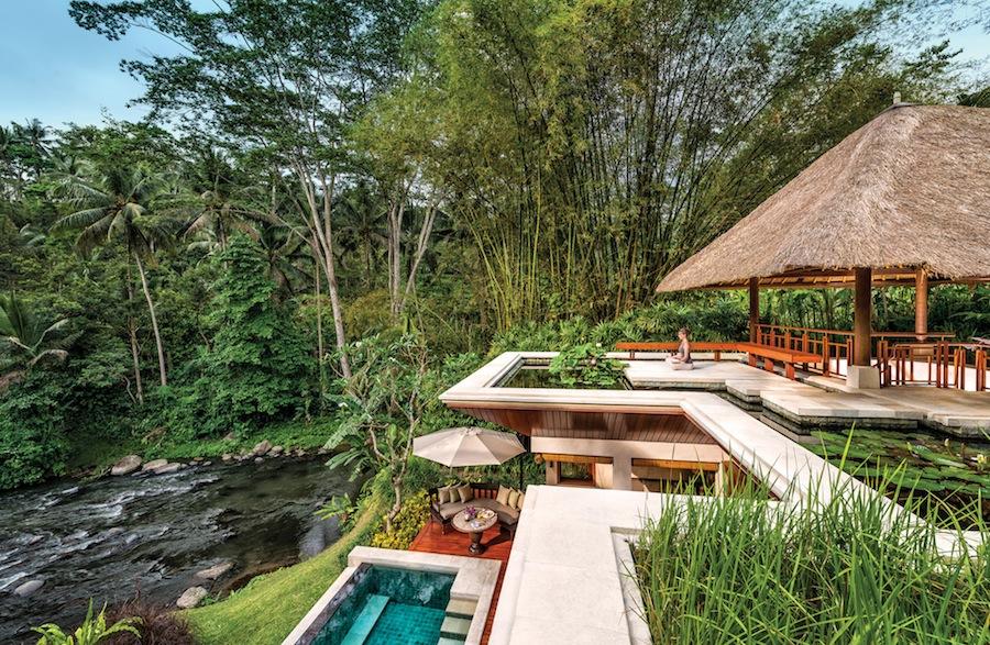 Yoga ditemani suara alam liar dan gemericik air Sungai Ayung.