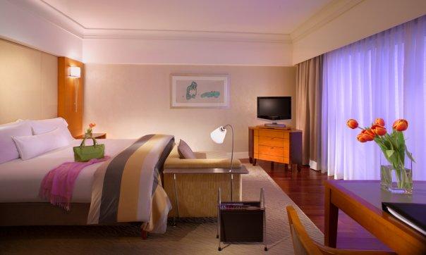 Akomodasi Deluxe Room di Hotel Fairmont Singapura.