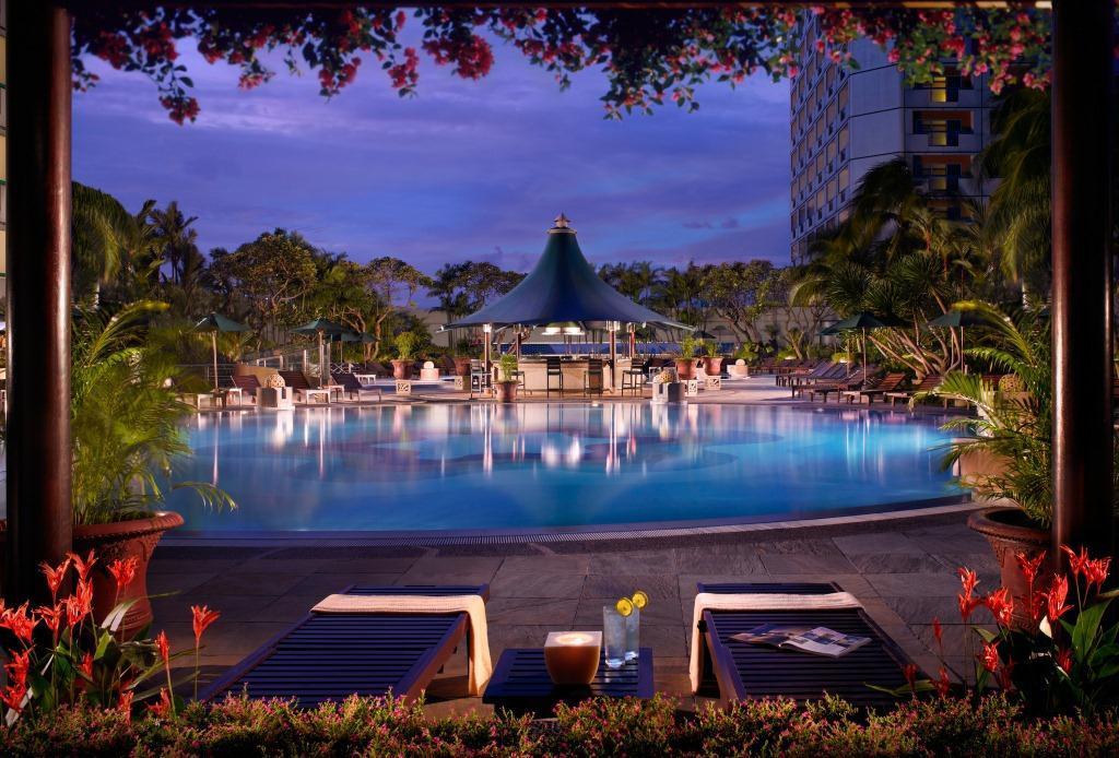 Kolam renang Fairmont Singapura yang ikonis.