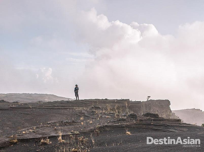 Seorang porter di bibir kaldera. Tak ada danau cantik di sini, tapi Gunung Tambora selalu memikat.