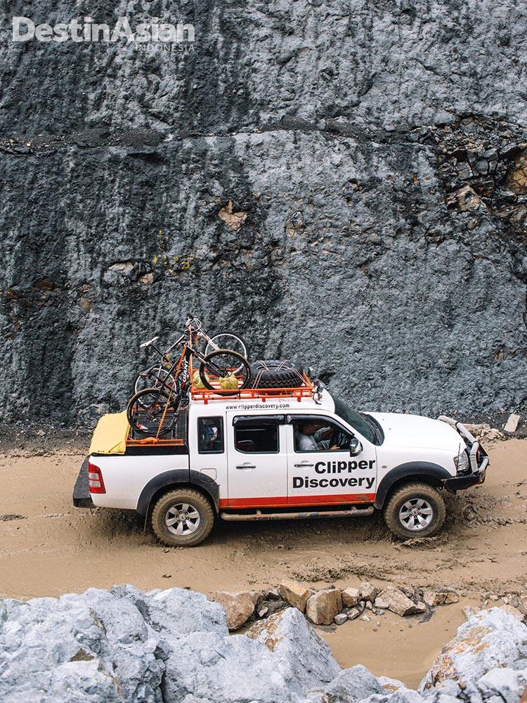 Kendaraan gardan ganda yang membawa pendaki hingga kaki Gunung Tambora.