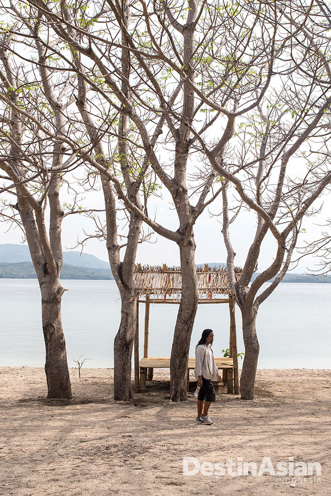 Pesisir Pulau Satonda, pulau yang dihuni satu-satunya resor di dekat Tambora.