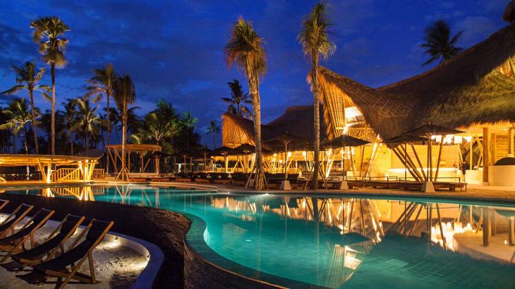 Kolam infinty sepanjang 30 meter untuk bersantai di tengah panasnya Bali.