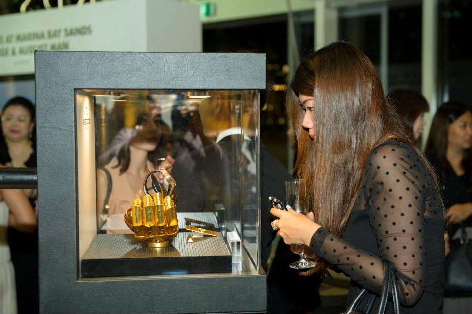 Pengunjung melihat jam tangan yang dipamerkan. (Foto: Marina Bay Sands)