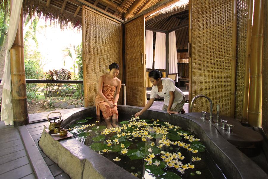 Program retret di Fivelements diakhiri dengan mandi air rempah di kolam mini yang terbuat dari sebongkah batu.