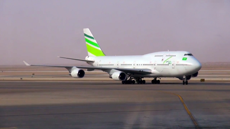 Penerbangan Surabaya-Jeddah dua kali per minggu dioperasikan memakai armada Boeing 747.