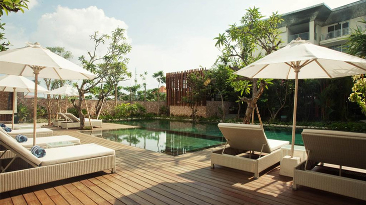 Sudut kolam renang di Fontana Bali. Desain hotel ini dibuat ramah lingkungan.