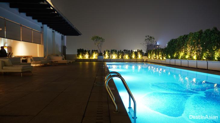 Suasana kolam renang di malam hari.