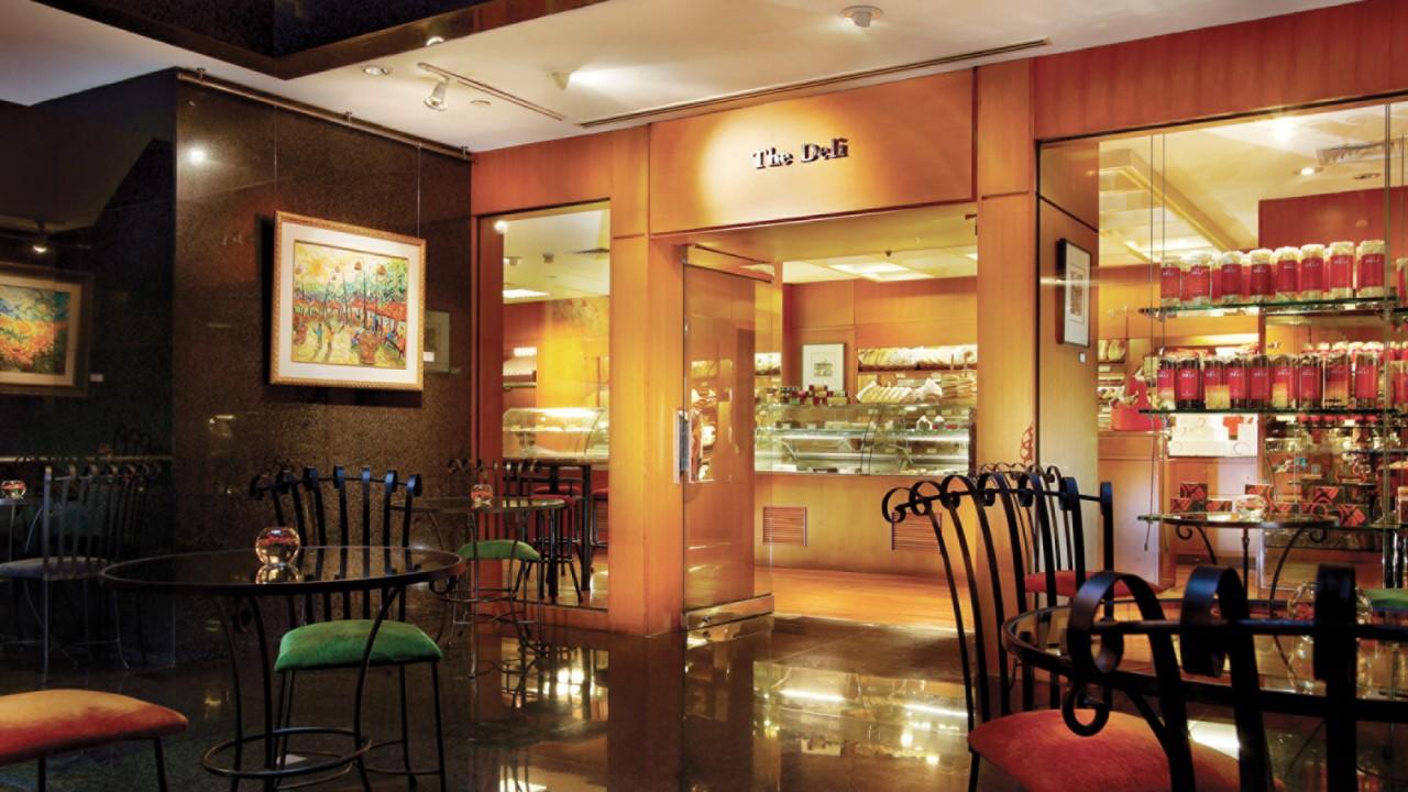 The Deli dengan koleksi roti-roti segar setiap hari.