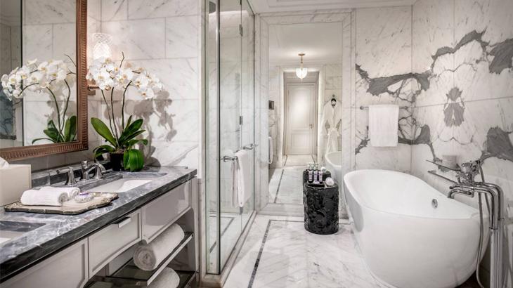 Kamar mandi berlapis marmer.
