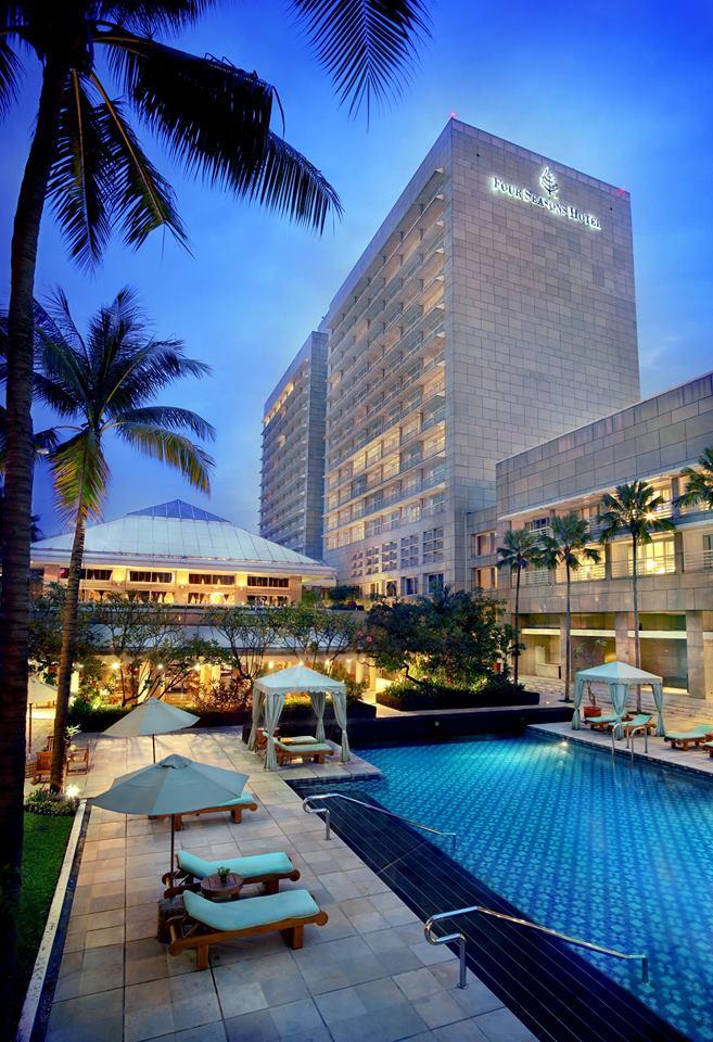 Area kolam renang dengan desain taman tropis.