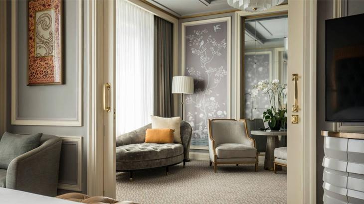 Tiap suite dilengkapi ruang tamu.