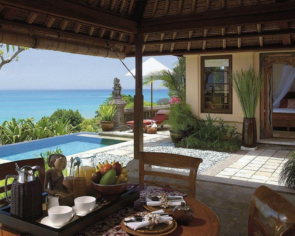 Ruang makan di Vila dengan pemandangan Pantai Jimbaran.