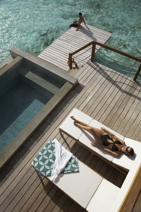 Kolam renang Water Villa, Four Seasons Resort Landaa Giraavaru yang langsung ke laut.