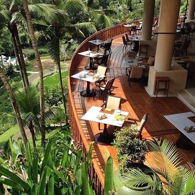 Restoran Ayung Terrace di Four Seasons Sayan dengan pemandangan Sungai Ayung.