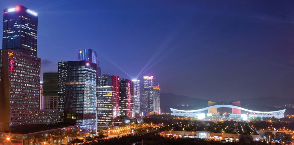 Four Seasons Shenzhen di malam hari. Terlihat juga gedung Municipal Hall.