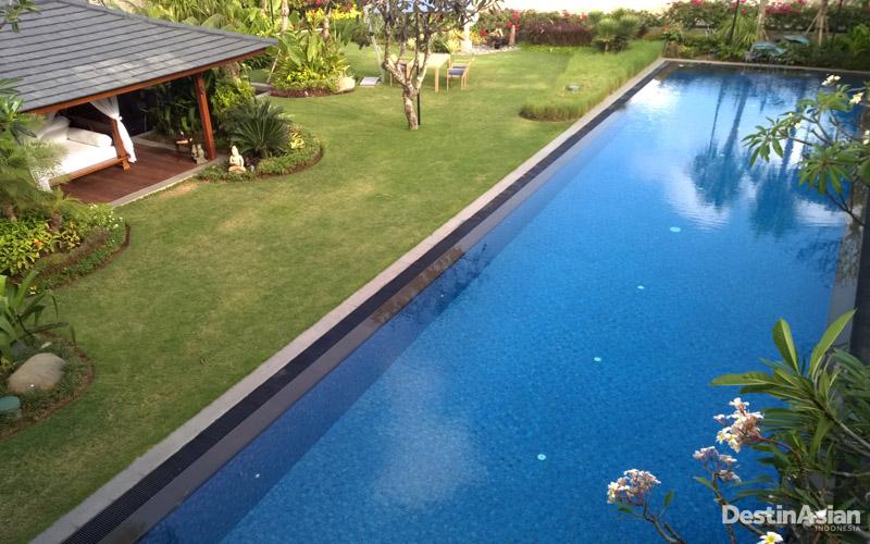 Kolam renang yang mengundang untuk bersantai di Villa Frangipani. (Foto: Irene Iskandar)
