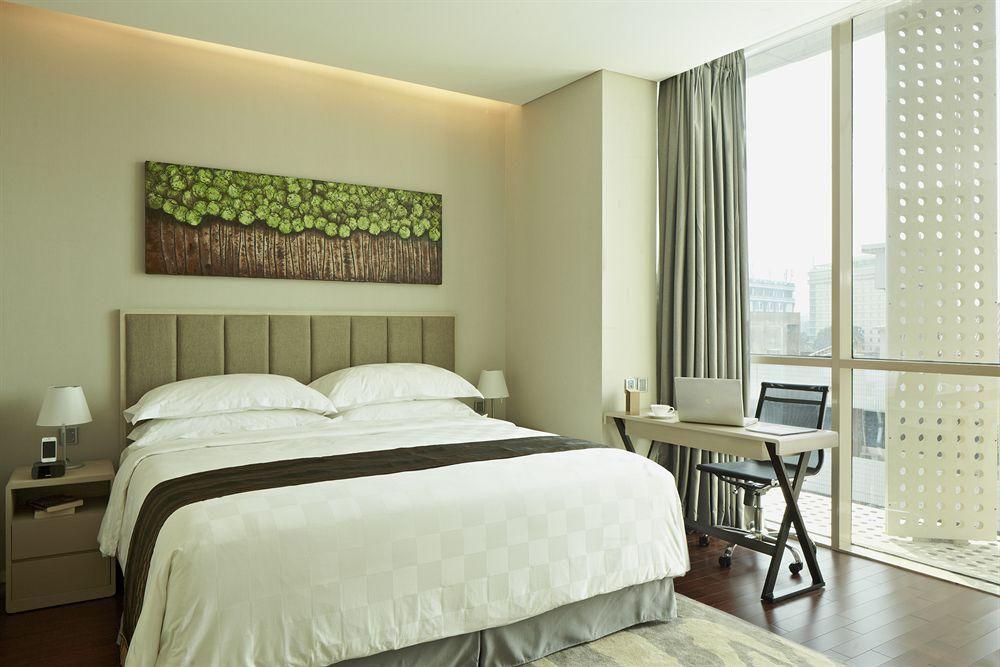 Kamar utama di unit berisi dua kamar tidur.