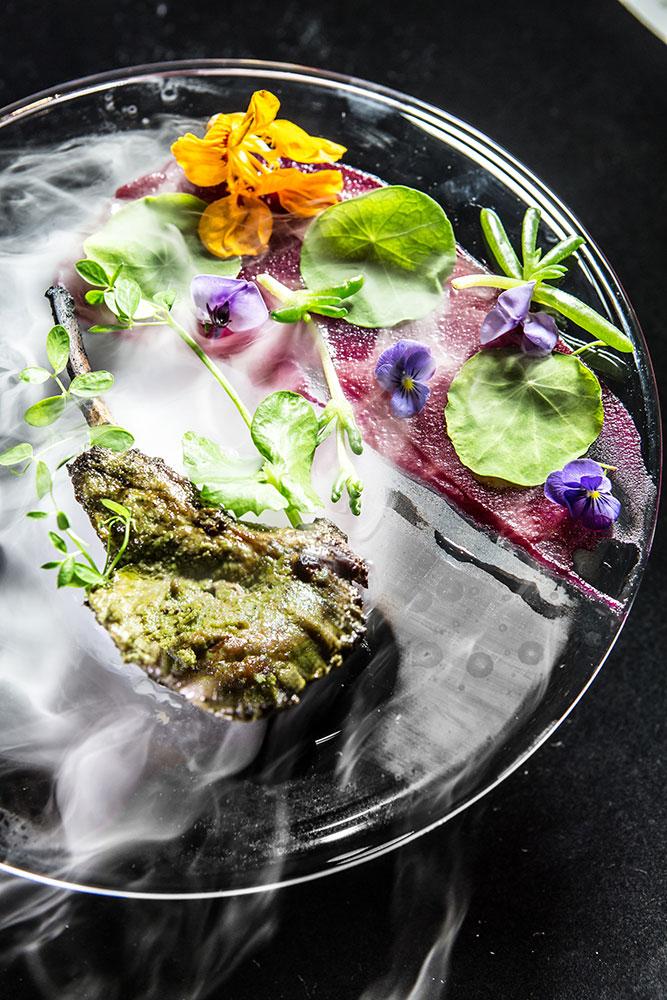 Hidangan di Gaggan disajikan dengan gaya gastronomi molekular.