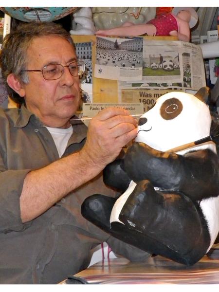 Paulo Grangeon, seniman asal Prancis yang membuat patung-patung panda tersebut.