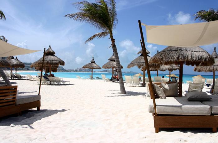 Pantai putih dan laut berwarna biru menjadi bonus lainnya.