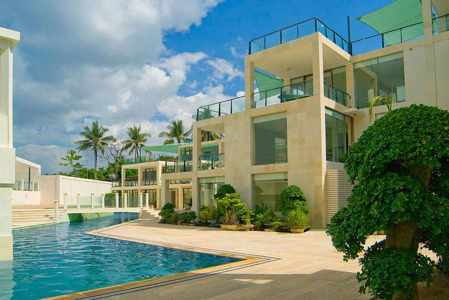 Fasad FuramaXclusive Ocean Beach yang bergaya minimalis dan modern.