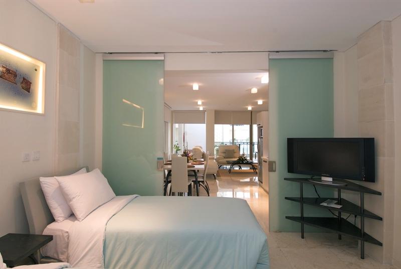 Kamarnya mengadopsi desain minimalis serta banyak menggunakan material kaca.