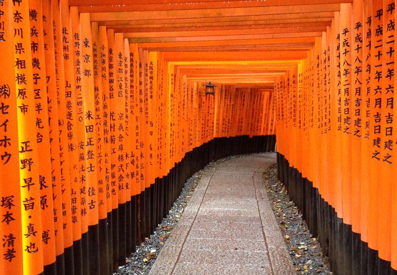 Kuil Fushimi Inari, salah satu obyek wisata terkenal di Kyoto. (Foto: Tina Sindukusumo)