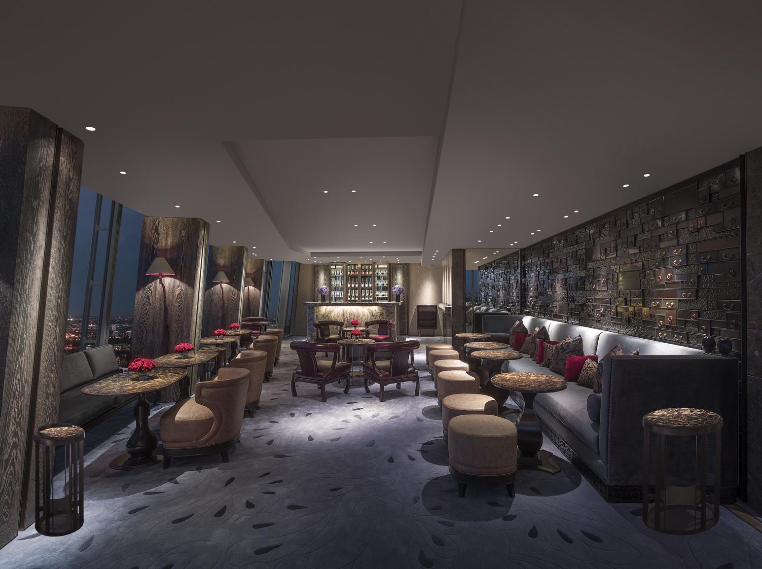 Interior Gong, bar yang siap memasok minuman dan camilan bagi tamu yang berenang.