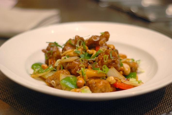 Gai Phad Med Mamuang atau ayam bumbu manis dengan kacang mete.