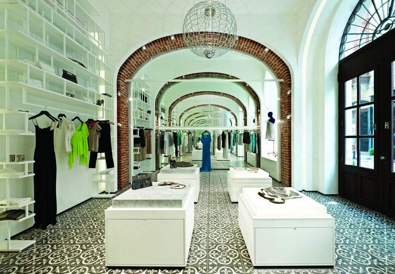 Butik Arzu Kaprol yang didominasi warna putih.