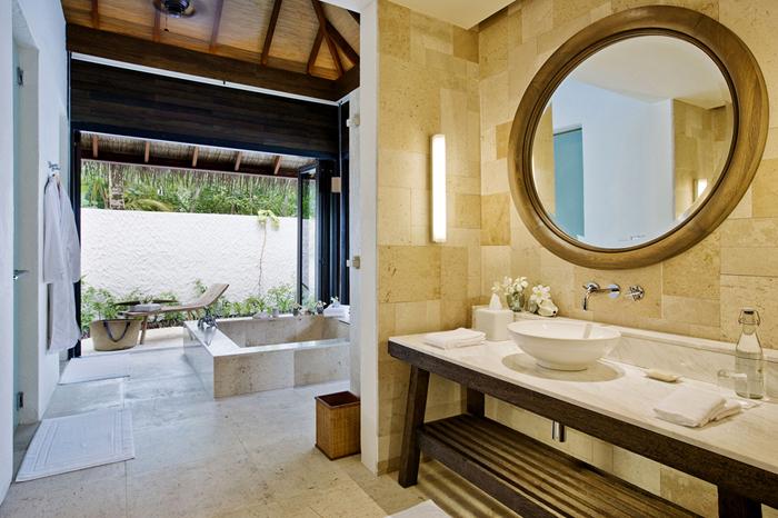 Kamar mandi di dalam kamar tipe Garden Suite.